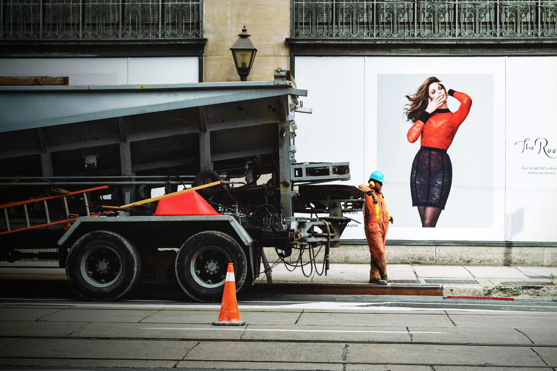 広告・看板・道路標識・商品パッケージ・建築・インテリアデザインなどを意識して街に出かける